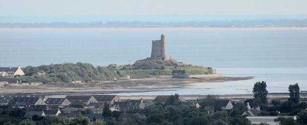 Vue générale du fort de la Hougue à St Vaast La Hougue